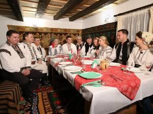 """Masa de Crăciun, pregătită de echipa """"10 pentru folclor"""""""