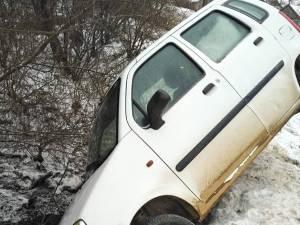 Autoturismul în care se aflau cele două femei a rămas suspendat deasupra albiei pârâului, după ce a lovit balustrada podului