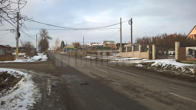 Femeia a ieşit de pe strada secundară din stânga și a traversat drumul judeţean, fiind lovită de o maşină care venea dinspre Bosanci spre Suceava