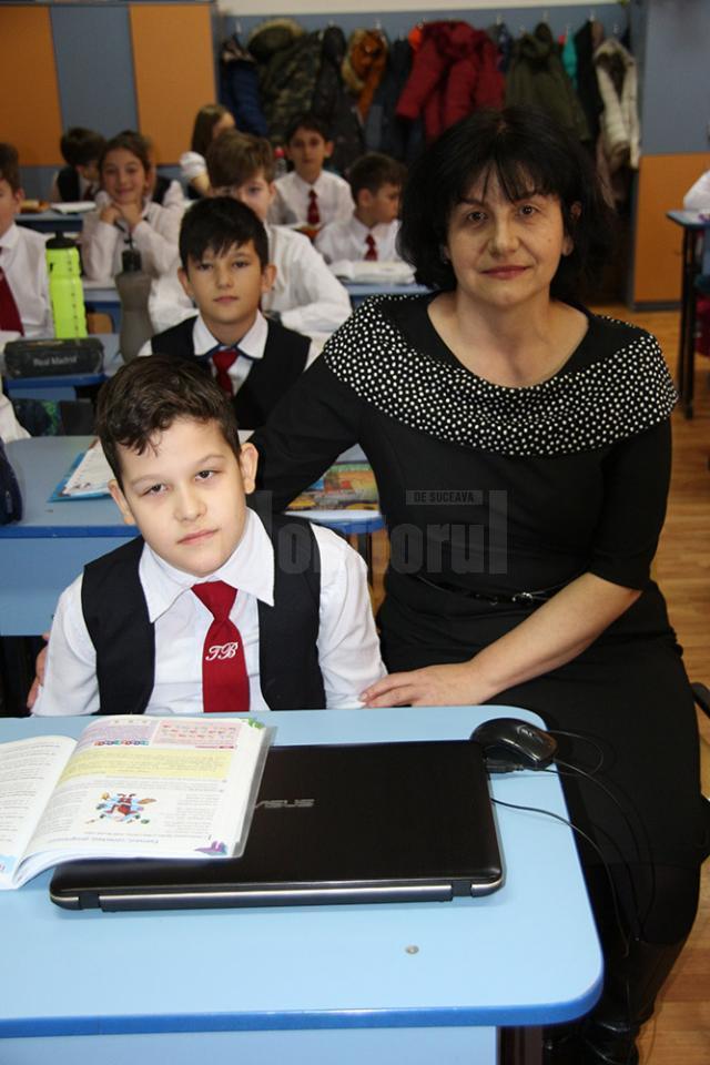 Andrei-Ionuţ Varvaroi împreună cu învățătoarea Catrina Cotoară