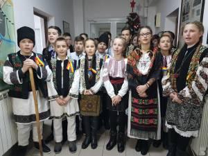 """Elevi de la Şcoala Gimnazială ,,Constantin Morariu"""" Pătrăuţi, cu colinda la Monitorul"""