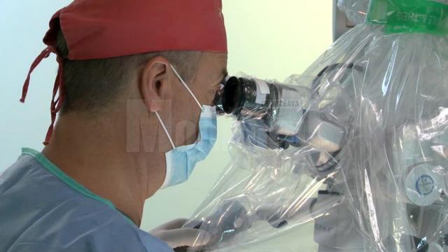 Dr. Anatolii Buzdugan, în sala de operaţie, în timpul unei intervenţii chirurgicale sub microscop