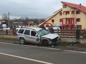 Un şofer care circula cu viteză a distrus un gard şi şi-a băgat soţia în spital