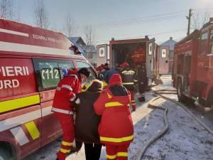 Bătrânii au fost evacuaţi din interiorul clădirii cu ajutorul personalului medical și al ambulantelor