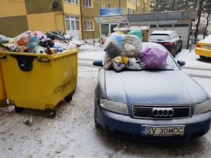 Maşina unui sucevean, acoperită cu gunoaie pentru că a blocat accesul utilajelor de salubrizare  FOTO Liviu Ştefan Nechita