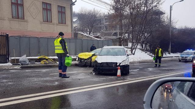 În urma impactului, şoferul taximetrului a fost rănit, iar circulaţia a fost restricţionata pe două benzi