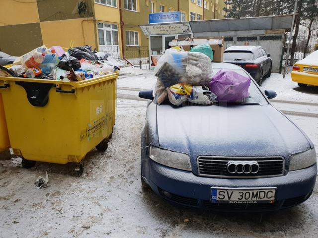 Mașina acoperită cu gunoaie menajere, în George Enescu - foto Liviu Ștefan Nechita
