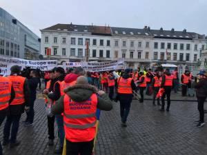 142 de suceveni, reprezentanţi ai transportatorilor de mărfuri din judeţ, au protestat ieri, la Bruxelles, în faţa Parlamentului European