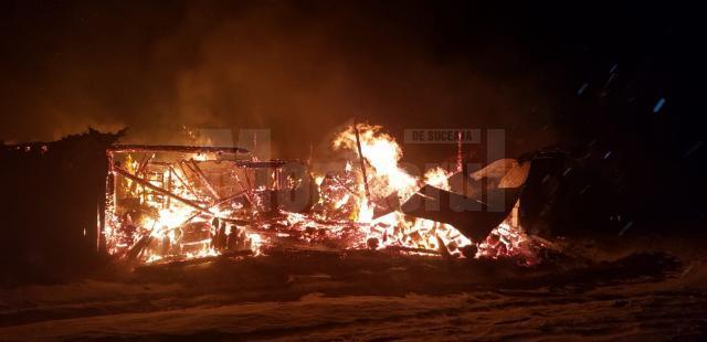 Gospodărie mistuită de un incendiu izbucnit de la coşul de fum