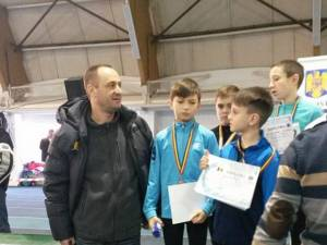 Antrenorul Silviu Casandra alături de cei mai mici dintre atleți