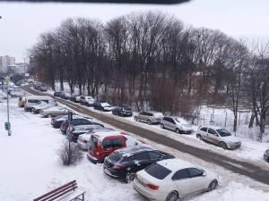 Singura rută de acces este uneori blocată de maşinile parcate pe laterale