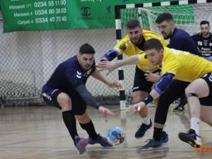 Jucătorii celor două echipe au luptat pentru orice balon