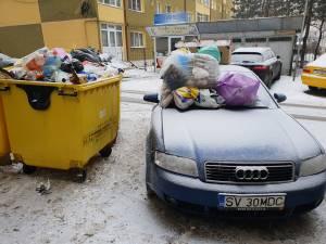 Mașina acoperită cu gunoaie menajere, în George Enescu - Fot: Liviu Ștefan Nechita