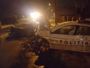 Impactul a fost violent, ambele maşini fiind serios avariate, polițistul a fost rănit grav, în timp ce ocupanții Mercedesului nu au pățit nimic