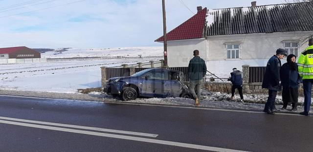 În urma impactului cu gardul, şoferul a fost rănit, iar autoturismul a fost avariat în partea din spate