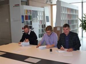 Adrian Popoiu (dreapta) a semnat contractul pentru înfiinţarea unei clase de învățământ dual profesional la Siret