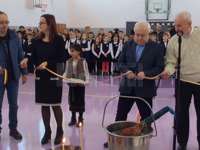 Tăierea panglicii inaugurale de către directorul unităţii de învăţământ, profesoara Gabriela Sascău,  și primarul municipiului Rădăuţi, Nistor Tatar