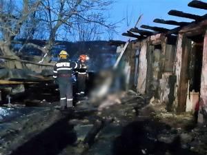 Incendiul a cuprins întreaga casă, bătrânul fiind găsit de pompieri mort în pridvorul casei