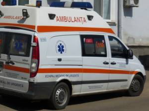Bărbatul a fost transportat la spital cu ambulanţa