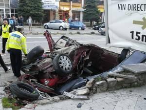 Autoturismul în care se aflau cei doi tineri, distrus 99%