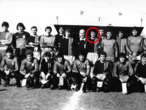 Costel Nae, în centrul imaginii, cu banderola de căpitan, în poza de grup realizată înaintea meciului cu Steaua