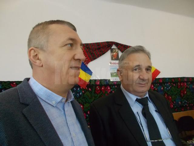 """Primarul comunei Moara, Eduard Dziminschi, şi autorul monografiei """"rădăcinilor"""" Vornicenilor Mari, Alexandru I. Cozaciuc-Hogea"""