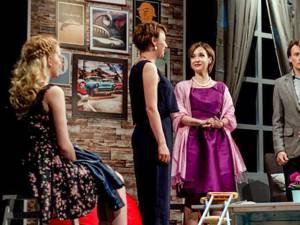 """Actorii Medeea Marinescu, Marius Manole, Mirela Oprişor, în spectacolul """"All Inclusive"""", pe scena suceveană"""