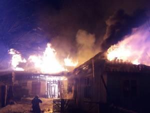 Incendiul violent a cuprins întreaga gospodărie din cartierul Mănăstioara al orașului Siret