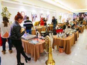 Târg de antichităţi şi ateliere de creaţie pentru copii, în weekend, la Iulius Mall