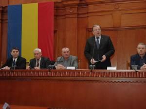 Preşedintele CJ, Gheorghe Flutur, citeşte lista elevilor premiaţi la olimpiade