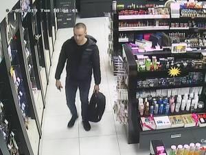 Tânăr căutat pentru furt de parfumuri dintr-un magazin din Suceava