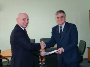 Primarul Ioan Pavăl la semnarea unuia dintre contractele care se vor derula în Dumbrăveni