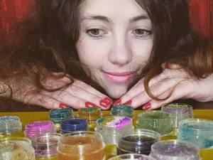 O tânără din Suceava câştigă o avere lunar, cu YouTube
