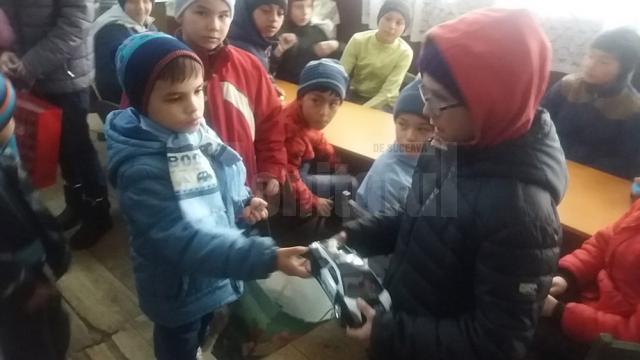 """Copiii de la Casa de tip familial """"Sf. Nicolae"""" Suceava au donat hăinuțe și jucării copiilor săraci"""