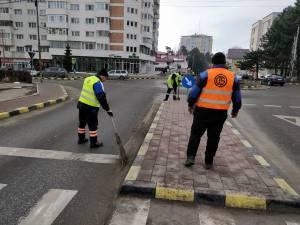 Echipele de salubrizare au acționat în mai multe zone ale orașului, îndepărtând mizeriile adunate pe marginea străzilor și a trotuarelor