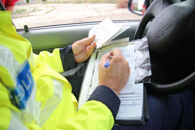 Amenzi rutiere de aproape 90.000 de lei şi 20 de permise reţinute, în weekend