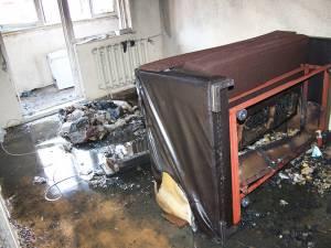 Interiorul garsonierei a fost transformat în scrum, focul fiind pus intenţionat