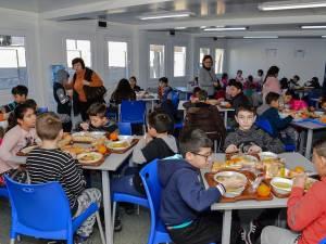 """Proiectul pilot """"O masă caldă în școli"""", în aşteptare în acest an şcolar. Foto: radioresita.ro"""