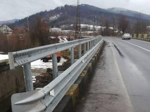 Un parapet dublu a fost montat în această săptămână de lucrătorii de la Secţia de Drumuri Naţionale Suceava, pe partea de pod care rămăsese fără protecţie