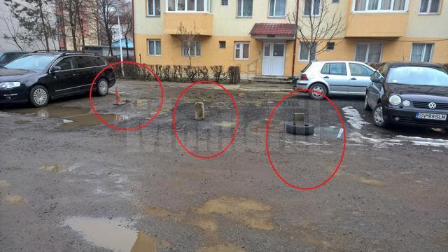 Cușnir a prezentat o parcare din Suceava în care oamenii folosesc diverse obiecte pentru a-și rezerva locurile de parcare