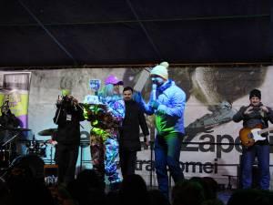 Tort cu Adda în miniatură, oferit artistei pe scena Serbarilor Zăpezii, la Vatra Dornei