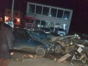 Impactul dintre maşină şi căruţa cu lemne a fost destul de violent