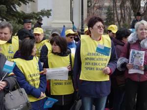 """Circa 50 de angajați din școlile sucevene, membri ai Federatiei """"Spiru Haret"""", au pichetat sediul Prefecturii Suceava"""
