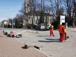 Lucrările de reașezare a pavelelor de granit dislocate de trecerea autoturismelor au început joi