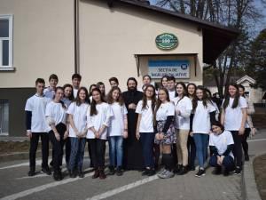 """Campania """"O floare, o rază de soare"""", a Asociaţiei Tinerilor Ortodocşi Suceveni"""