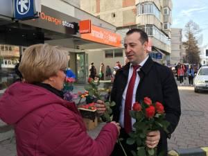 Viceprimarul Lucian Harșovschi a împărțit flori în zeci de locuri din Suceava