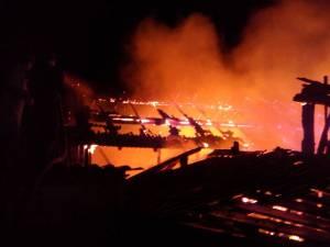 O ţigară aprinsă aruncată în paiele dintr-un șopron, cauza izbucnirii unui incendiu care a distrus două gospodării