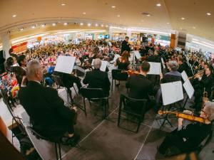 Concert simfonic susținut de Filarmonica de Stat Botoşani, dedicat femeilor, la Iulius Mall