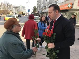 Viceprimarul Lucian Harșovschi a împărțit flori în zeci de locuri din Suceava, felicitând mii de doamne și domnișoare