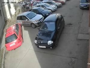 Maşina cu care au acţionat hoţii, un Renault Clio de culoare neagră, cu numere provizorii de BT, a fost găsita abandonată la marginea pădurii Zamca